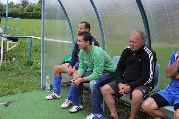 V príprave. Proti V. Opátskemu sedeli na lavičke Kalše ešte obaja. Nový kouč Robert Žaludek (druhý zľava) a vedľa neho už športový manažér Pavol Harda.
