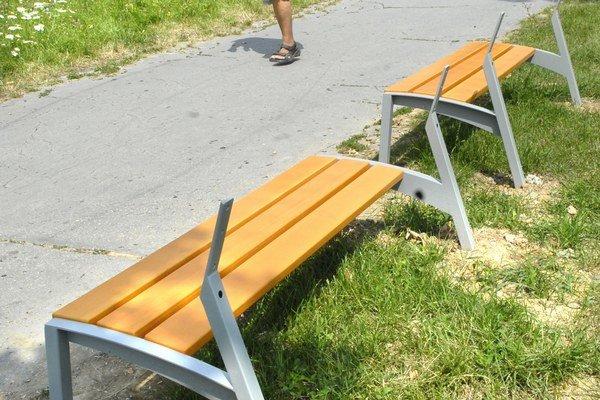 Z lavičiek ostala len spodná časť. Svetlé tvrdené dosky si niekto ukradol.