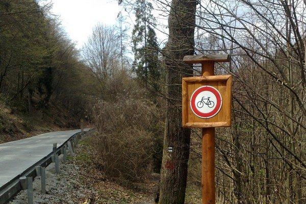 Zákaz vjazdu cyklistov. Táto dopravná značka vydržala v Čermeli v roku 2010 len pár dní...