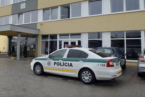 Na daňový úrad včera prišli policajti v dvoch autách, jedno stálo pri hlavnom, druhé pri vedľajšom vchode.