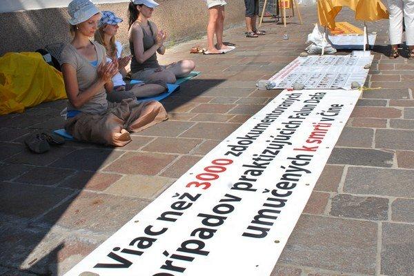 Aktivisti meditovali na námestí. Ľudia mali možnosť podpísať petíciu za ľudské práva.
