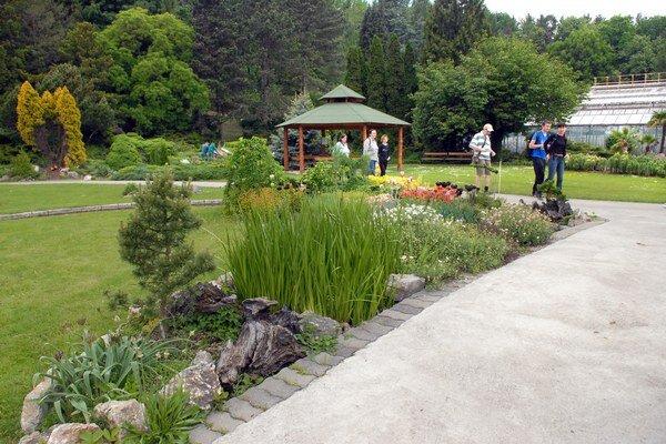 Botanická záhrada. Na cirkevných pozemkoch sú náučné chodníky aj chránené rastliny