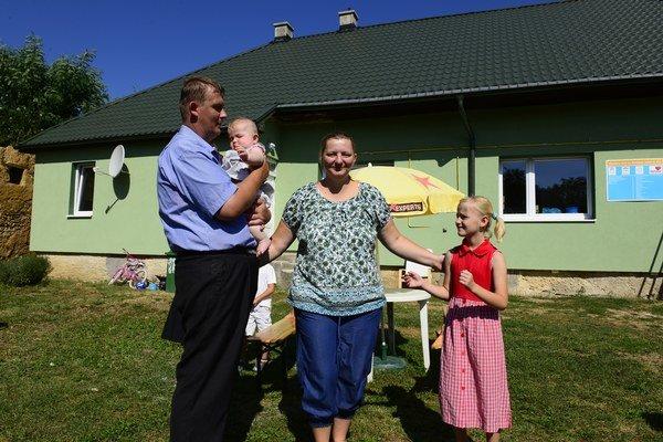 Na snímke rodina Miroslava Urdu, prví obyvatelia domu.