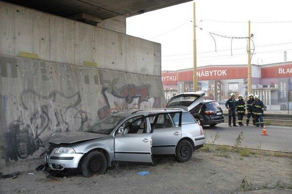 Slanecká cesta. Passat skončil v opornom betónovom múre.