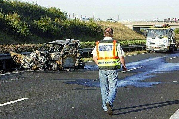 Po nehode. Fiat zhorel do tla a v ňom aj štyria ľudia.