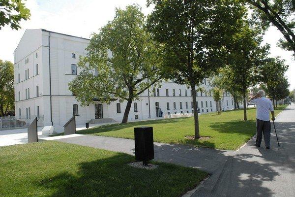 Centrum kultúry a kreatívnej ekonomiky. Stojí na rohu Rastislavovej a Skladnej.
