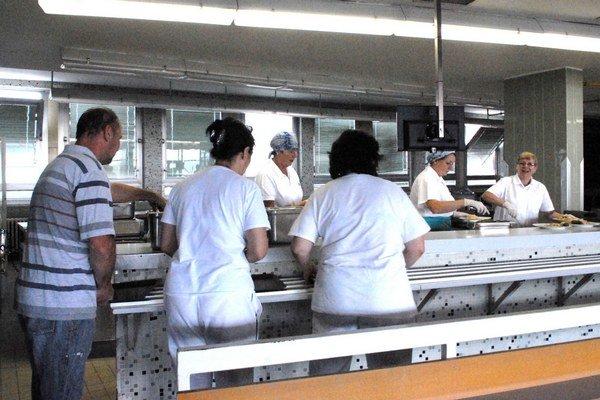 Nemocničná jedáleň. Na obed nesmú v pracovnom.