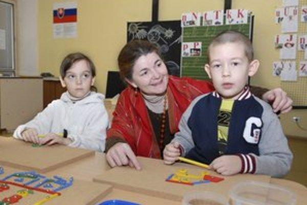 Viktor a Sárka s pani učiteľkou. Skladali spolu farebné obrázky.