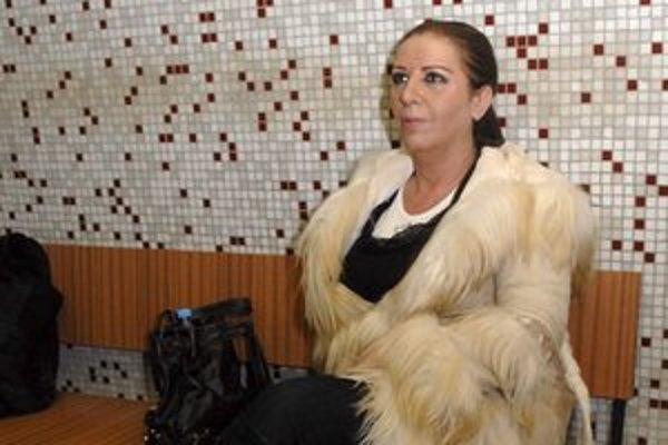 Slečna Nora Mojsejová na súde upútala štíhlejšou postavou i tmavšími vlasmi.