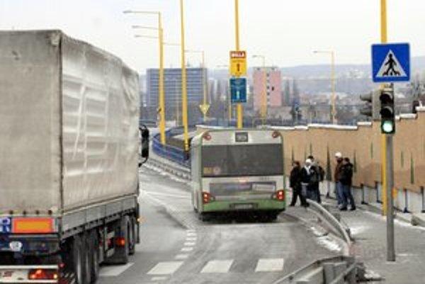 Vozidlá MHD. Vodiči smú fajčiť len počas prestávok a mimo autobusov, trolejbusov či električiek.