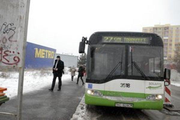 Zastávka na Sofijskej. Ľudia už vystupujú z autobusu na rovný a pevný povrch.