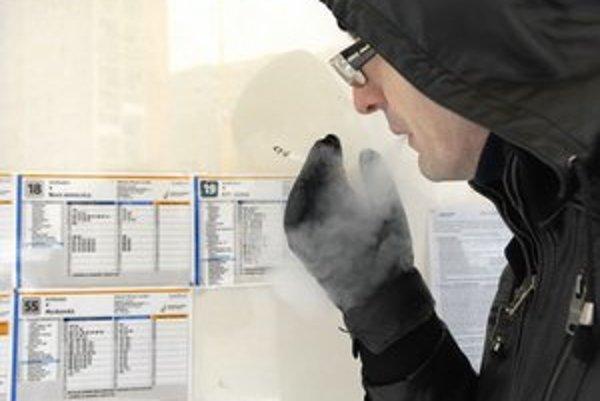 Zastávky MHD. Asi najčastejšie fajčiari (česť výnimkám) porušujú zákon na zastávkach MHD.