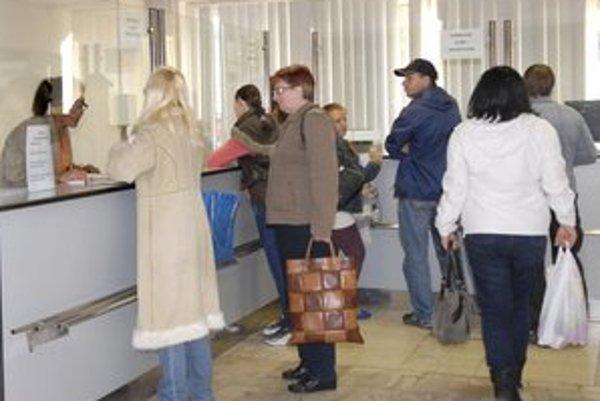 Košický úrad práce. Pracovníci zatiaľ stíhajú nápory nových nezamestnaných.