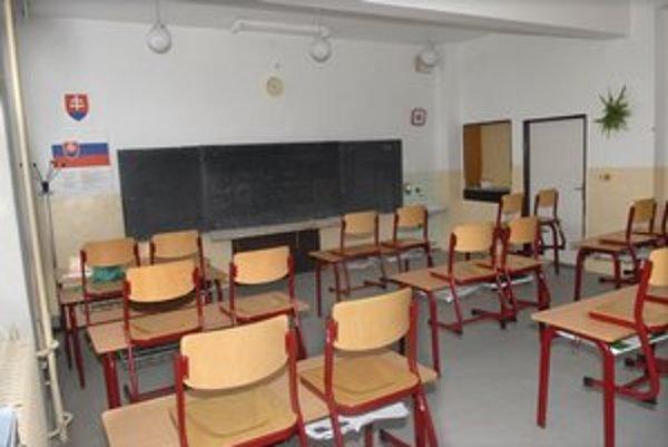 Prázdne triedy. Pre epidémiu chrípky viaceré školy zavreli.