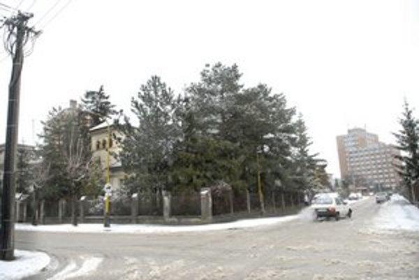 Bývalý detský stacionár. Vila stojí na rohu Havlíčkovej a Urbánkovej. Tienia ju stromy, ale ide o trojpodlažnú nehnuteľnosť na obrovskom pozemku, ktorý má takmer 1400 metrov štvorcových.