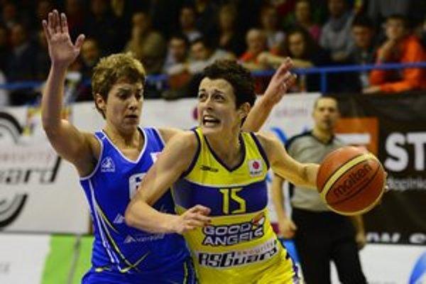 V akcii opora Košíc Miljana Bojovičová, vľavo Laura Antojaová zo Salamancy.