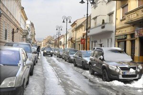 Centrum Košíc. Zaparkovať napríklad na Kováčskej je neraz umenie.
