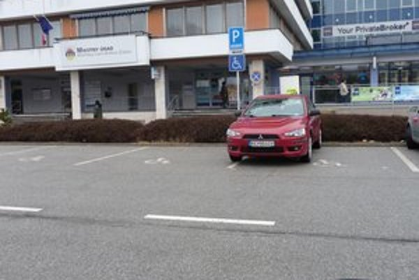 Zaparkované mitsubishi. Zástupca starostu predpisy neporušil.