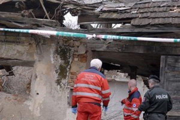 Pomôcť sa už nedalo. Privolaný lekár konštatoval smrť mladíka, na ktorého sa zrútila strecha.