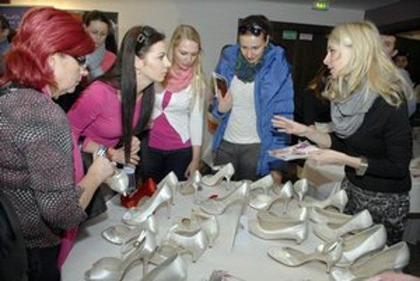 Topánky od výmyslu sveta. Aj jednoduchý model je vďaka klipsniam trendy.