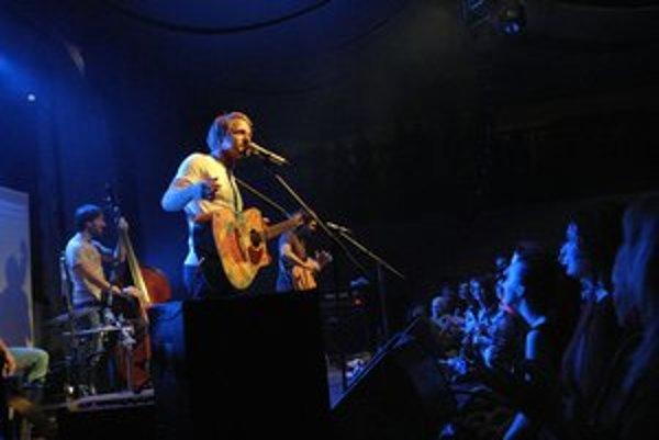Tomáš Klus s hudobníkmi. Skvelá zábava vládla nielen v hľadisku, ale aj na pódiu.