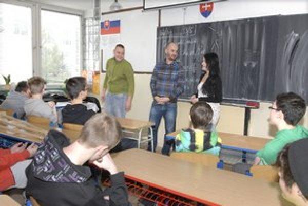 Igor Timko ako učiteľ. Hudbu zatiaľ na klinec nevešia, len sa stal tvárou ankety o najobľúbenejšieho učiteľa Zlatý Amos.
