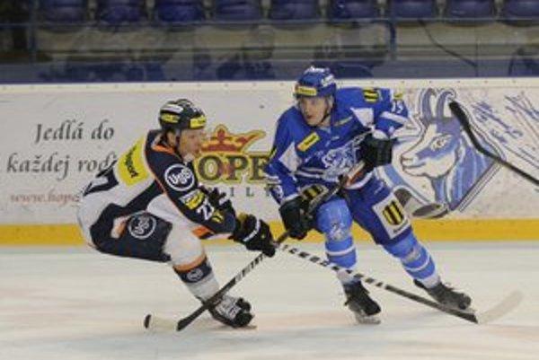 Na snímke Richard Smotrila (vpravo) z Popradu a Michal Novák z HC Košíc počas tretieho zápasu play off hokejovej Tipsport extraligy.
