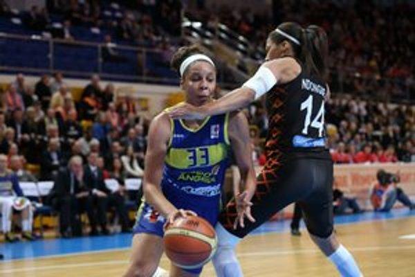 Basketbalistka slovenského šampióna Good Angels Košice Plenette Piersonová (vľavo) a hráčka francúzskeho klubu Bourges Basket Emmeline Ndongueová v zápase o bronzové medaily na finálovom turnaji Final Eight Európskej ligy.