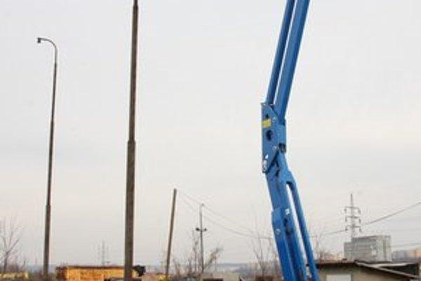 Plošina na pásoch. Pomôže pri opravách striech železničných budov i revíziách komínov.