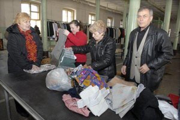 Vrece oblečenia doniesol na zbierku Stanislav Byrtus.