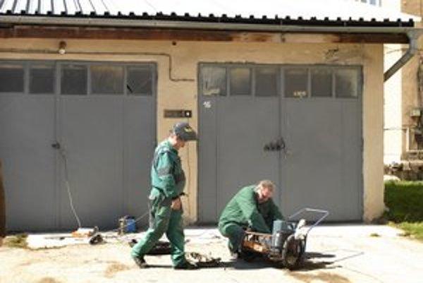 Garáže. Tu úradovali zlodeji, včera už pracovníci brány zvárali.