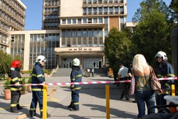 Evakuácia budovy, muselo ju opustiť niekoľko sto ľudí.