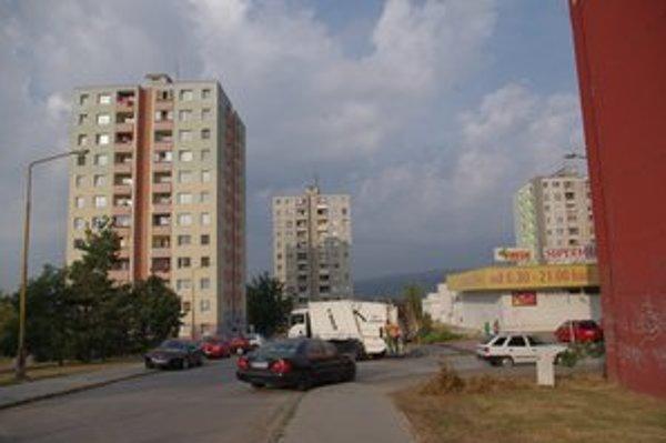 Lidické námestie 1 (vľavo). Väčšina obyvateľov súhlasí, že 2 roky budú mať na streche 40 ton.