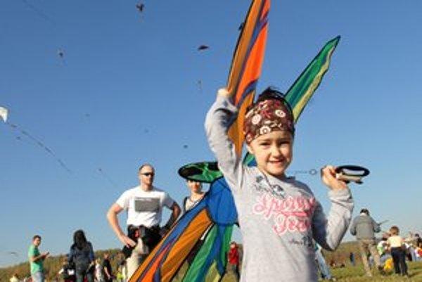 4,5–ročná Hanka. Pestrofarebného motýľa zvládla kormidlovať úplne sama.
