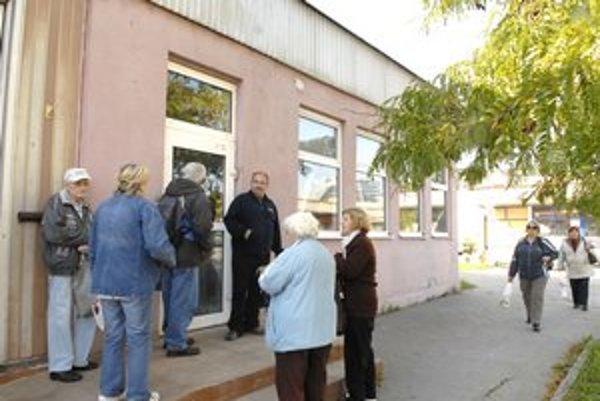 Desať minút pred otvorením Južanky. Ľudia si pevne držia svoje miesta.