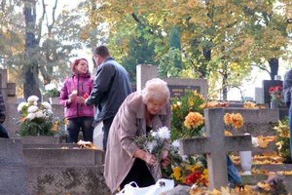 Pamiatka zosnulých. Čas Dušičiek sa blíži a cintoríny budú plné ľudí.
