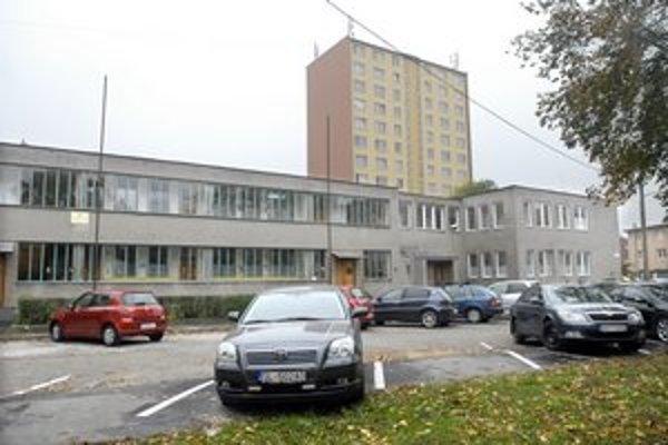Parkovacie miesta pribudli aj pred škôlkou na Smetanovej.