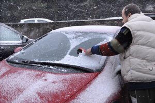 Realita. Sneh zavial autá, vodičom končili v rukách metličky.