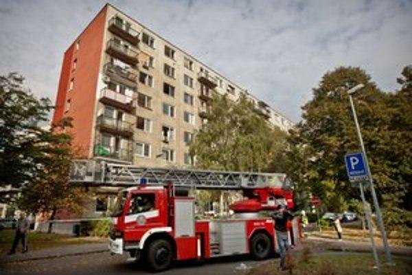 Horelo v tomto bytovom dome v bratislavskom Ružinove.