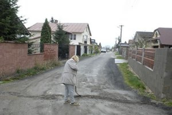 Dezolátne cesty. Ulica sa volá Krásnohorská. V skutočnosti taká vôbec nie je.