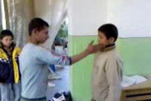 Policajti si natáčali ponižovanie rómskych chlapcov na video.