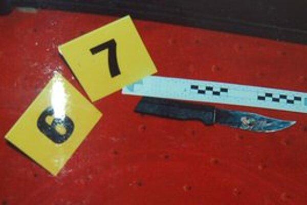 Útočníkov nôž. Čepeľ vnikla do krku až po rukoväť.