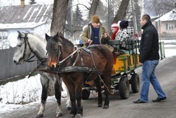 Netradičný farár. Chová poníky, zbiera koče, rozváža deti po dedine.