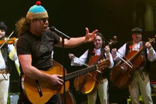 Netradičné spojenie. Skupina Horkýže slíže sa na pódiu predvedie v spoločnej skladbe s Terchovskou muzikou.