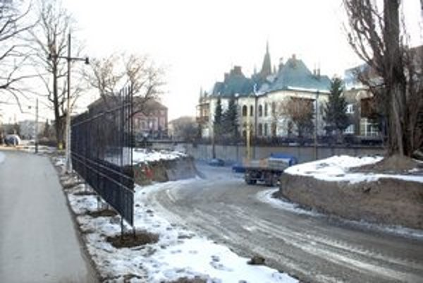 Nová cesta vedie k súkromnému areálu v parku.