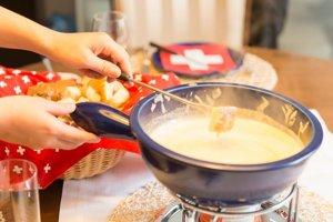 Syrové fondue je typickým švajčiarskym jedlom.