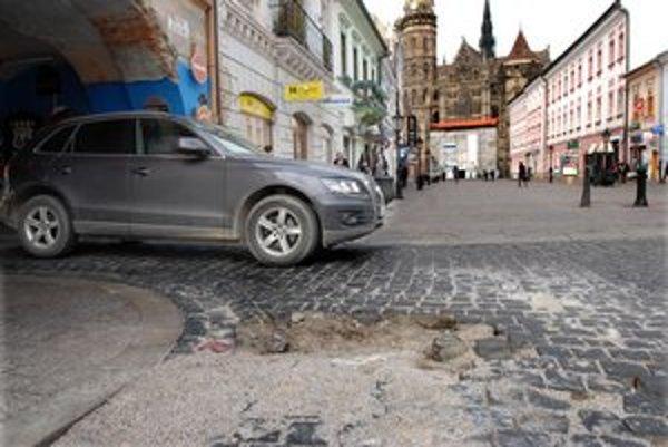 Nástraha. Chýbajúce dlažobné kocky na Alžbetinej ulici začne mesto odstraňovať budúci mesiac.