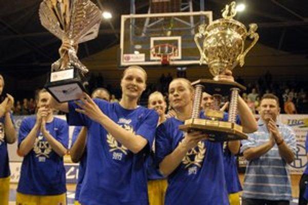 Zuzana Žirková (vpravo) V poslednom zápase sezóny dala 20 bodov.