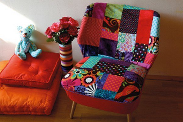 Kokteilová stolička s novým patchworkovým čalúnením - autorkou je Marianna Fajnorová.