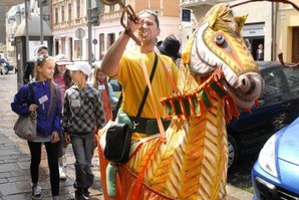 Bábkové divadlo vyšlo do ulíc. Virvar ponúka zadarmo štyri dni plné atrakcií.